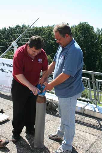 Willi Stumptner und Michael Taraba bereiten die zweite Befüllung vor