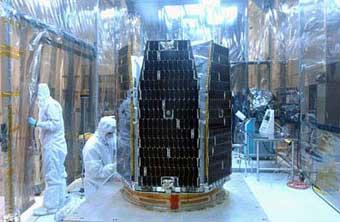 Der Satellit AIM bei der Montage